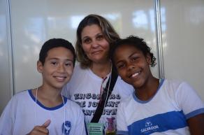 Willian e Helen com sua professora Rosimere Lira (Foto: Sophia Moraes)